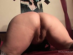 brunette-mature-slut-fucking-her-craving-twat-with-sex-toy