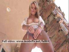nicole-amateur-blonde-masturbating-her-pussy-hard-with-a